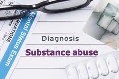 诊断滥用毒品 医疗笔记本标记了诊断滥用毒品,精神病学的精神查询表,并且药片在t 库存图片