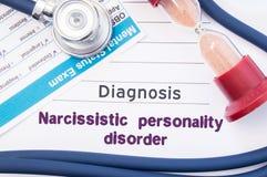 诊断自恋的病态人格NPD 在精神病医生或心理学家桌是纸与题字自恋的pe 免版税库存照片