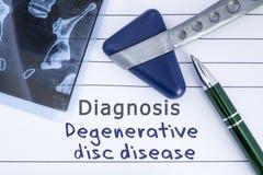 诊断退化圆盘疾病 医疗健康历史写与腰部圆盘疾病,MRI图象荐骨的脊椎诊断  免版税库存照片