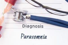 诊断Parasomnia 精神病学的诊断Parasomnia在纸被写,位置听诊器和滴漏测量的t 免版税库存照片