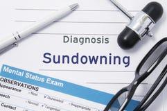 诊断Sundowning 神经学锤子围拢的医疗笔记,与题字的精神状态检查在大信件psychi 图库摄影