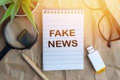 词伪造在木纸背景的新闻 企业和教育概念 库存照片