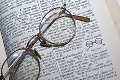 词典玻璃眼镜 免版税图库摄影