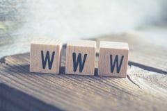 词在一个木地板上的木块形成的万维网的特写镜头 图库摄影