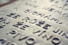词在压印的捷克语语言上升了写信为在盲人识字系统系统前使用的盲人人民 图库摄影
