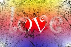 词在残破的玻璃后的爱概念有明亮的五颜六色的背景 免版税库存照片