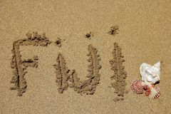 词在海滩写的斐济 免版税库存图片