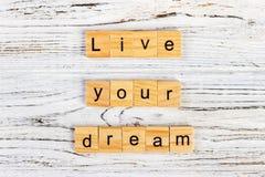 词居住您的梦想由信件做成在木块 免版税库存照片