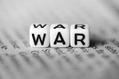 词战争由在报纸的木字母表块形成了 库存照片
