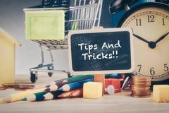 词技巧和把戏在木书桌上 库存图片