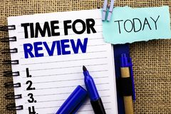 词文字回顾的文本时间 评估反馈片刻性能比率的在笔记本嘘写Assess企业概念 库存照片