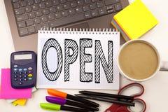 词文字开放在有膝上型计算机的,标志,笔,文具,咖啡办公室 商店开头车间白色bac的企业概念 库存图片