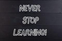 词文字文本从未停止学习 企业概念为继续进行学习木获取的新知识或的材料 免版税库存图片