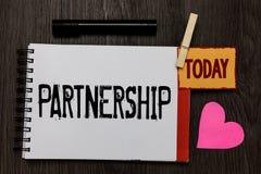 词文字文本合作 两个或多个人民的协会的企业概念,伙伴合作团结工作记数器 免版税库存照片