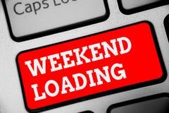 词文字文本周末装货 开始的星期五党企业概念放松愉快的时间休息的假期键盘红色钥匙 库存照片