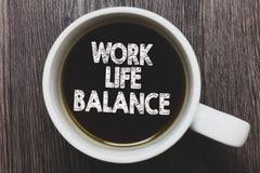 词文字文本工作生活平衡 工作或家庭和休闲无奶咖啡之间的时间分部的企业概念与 免版税库存照片
