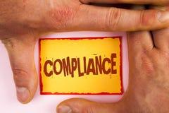 词文字文本服从 Technology的Company企业概念在黄色棍子设置它的政策标准章程被写 库存照片