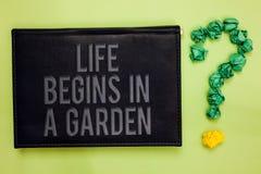 词文字文本生活在庭院里开始 生长农业的厂的企业概念爱为从事园艺的绿色 免版税图库摄影