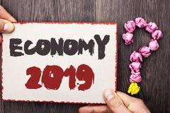 词文字文本经济2019年 财政货币成长市场收入的企业概念换在纸板写的金钱Pi 库存图片