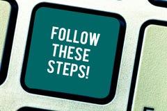 词文字文本跟随这些步 企业概念为审阅行动纲领或想法与演算键盘键 库存照片