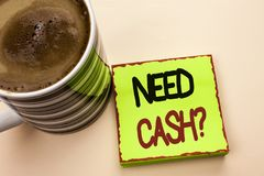 词文字文本需要现金问题 在绿色写的财富问题贫穷货币金钱忠告概念性的企业概念 图库摄影