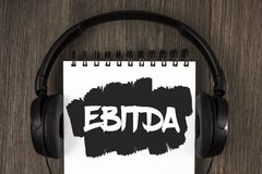 词文字文本Ebitda 收入的企业概念,在税被测量评估在笔记薄前写的公司表现 免版税图库摄影
