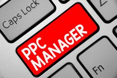 词文字文本Ppc经理 登广告者每次付费他们的广告一的企业概念是点击的键盘红色k 免版税库存照片
