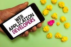 词文字文本Web应用程序开发商 拿着铈的互联网编程的专家技术软件人的企业概念 免版税库存照片