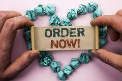 词文字现在文本顺序 购买购买订单成交推销活动商店在Cardboar写的产品记数器的企业概念 免版税库存照片