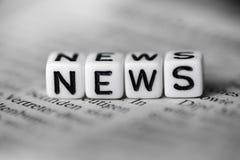 词新闻由在报纸的木字母表块形成了 免版税库存图片