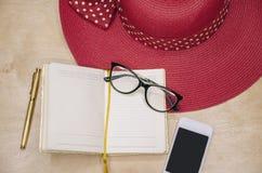 词条的笔记薄与笔和电话 免版税库存照片