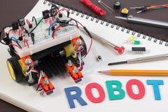词根或DIY电子成套工具,线跟踪的机器人竞争想法 免版税库存照片
