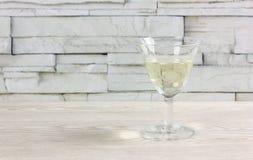 词根杯白酒 免版税库存图片