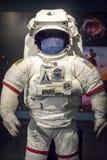 词根面对照相机的美国航空航天局衣服 库存照片
