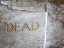 词死者雕刻了入在一个石棺小箱的大理石在教会里面 免版税库存图片