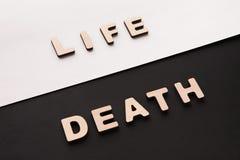 词生与死在对比背景 库存照片