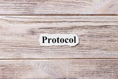 词的协议在纸的 概念 协议的词关于木背景的 库存照片