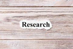 词的研究对纸 概念 研究的词对木背景的 库存图片