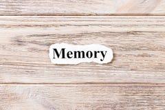 词的记忆在纸的 概念 记忆的词在木背景的 免版税图库摄影
