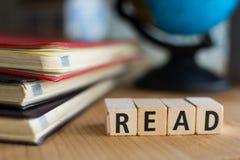 词的读拼写与五颜六色的木字母表块 免版税库存照片