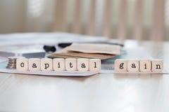 词资本收益组成由木信件 免版税图库摄影