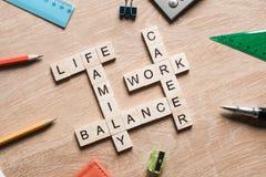 词运作生活平衡和家庭在桌上收集与木立方体 图库摄影
