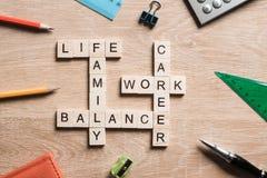 词运作生活平衡和家庭在桌上收集与木立方体 库存照片