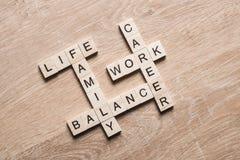 词运作生活平衡和家庭在桌上收集与木立方体 免版税库存图片