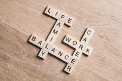 词运作生活平衡和家庭在桌上收集与木立方体 免版税图库摄影