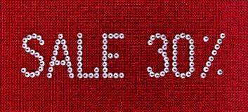 词销售在红色帆布后面被做假钻石水晶颜色 免版税图库摄影