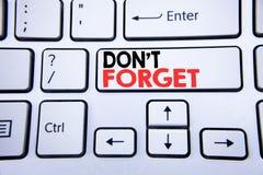 词,写不忘记 唐t记忆的在与拷贝空间的白色键盘键写的Remider企业概念 顶视图 免版税图库摄影