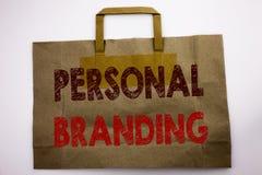 词,写个人烙记 在购物袋写的品牌大厦的企业概念,白色背景 免版税库存图片