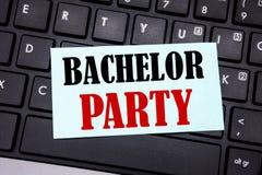 词,写单身聚会 雄鹿乐趣的在黑键盘backgroun的稠粘的便条纸写Celebrate企业概念 免版税库存照片