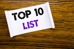 词,写名列前茅10十列出在木木结构力的稠粘的便条纸写的成功十名单的企业概念 免版税库存图片